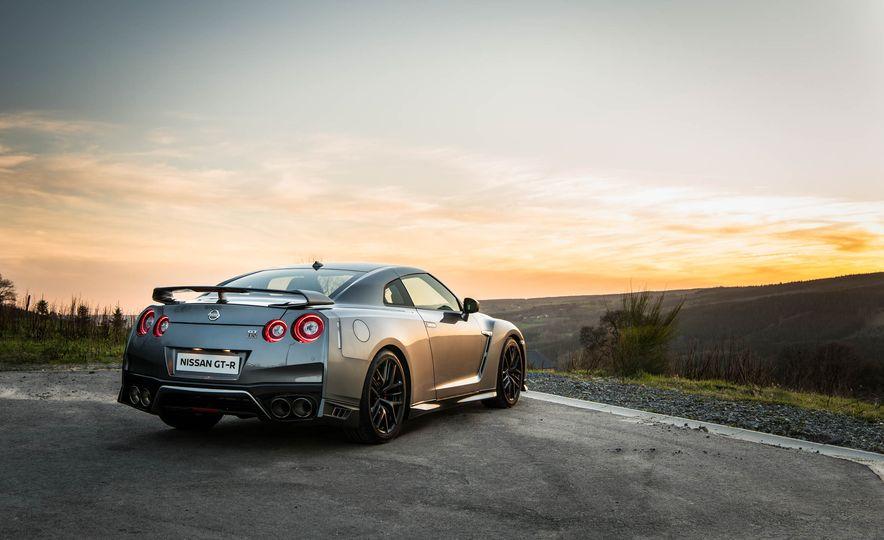 2017 Nissan GT-R - Slide 18