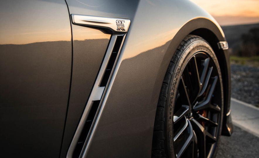 2017 Nissan GT-R - Slide 20