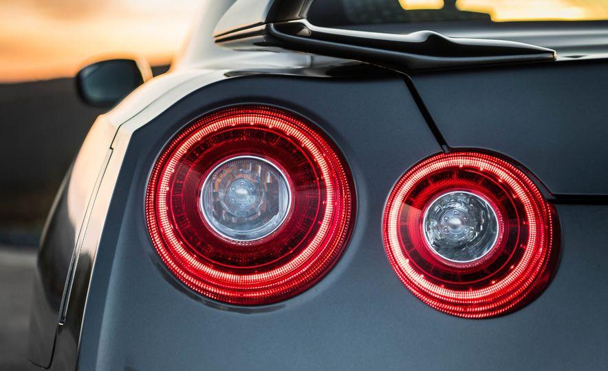 2017 Nissan GT-R - Slide 22