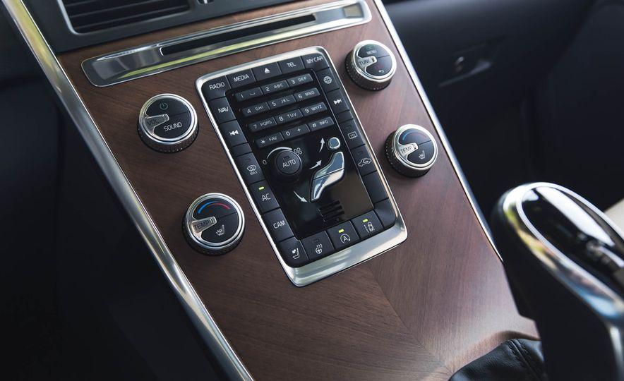 2016 Volvo XC60 T6 AWD Drive-E - Slide 33