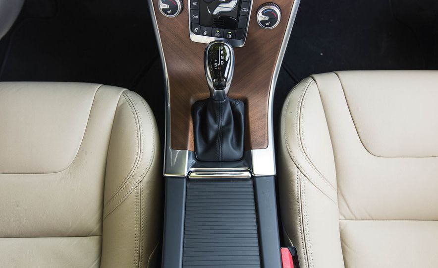 2016 Volvo XC60 T6 AWD Drive-E - Slide 34