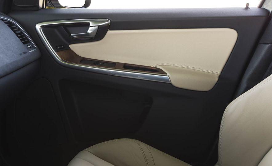 2016 Volvo XC60 T6 AWD Drive-E - Slide 35
