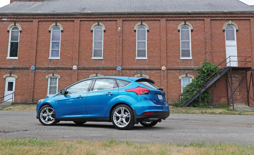 2016 Ford Focus Titanium hatchback - Slide 25