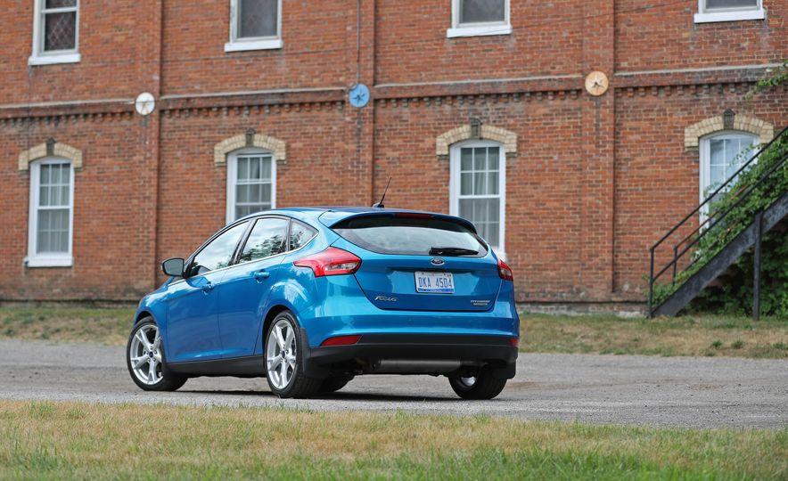 2016 Ford Focus Titanium hatchback - Slide 27