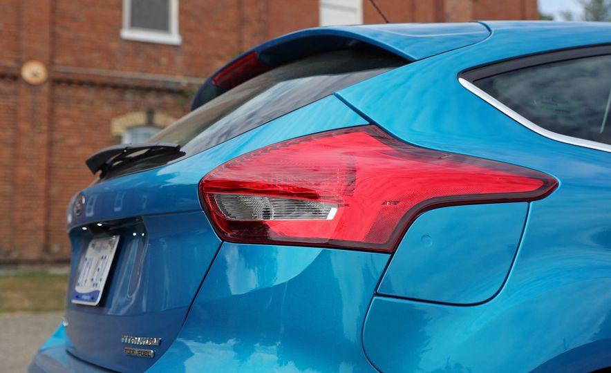 2016 Ford Focus Titanium hatchback - Slide 34