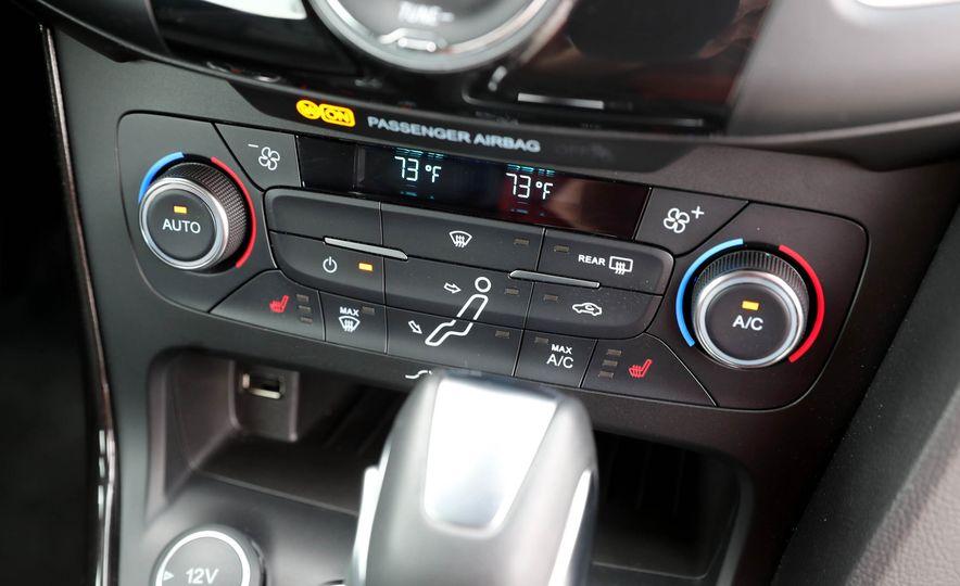 2016 Ford Focus Titanium hatchback - Slide 48