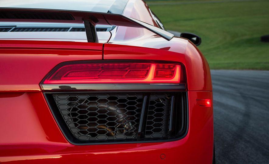 2017 Audi R8 V-10 Plus - Slide 19