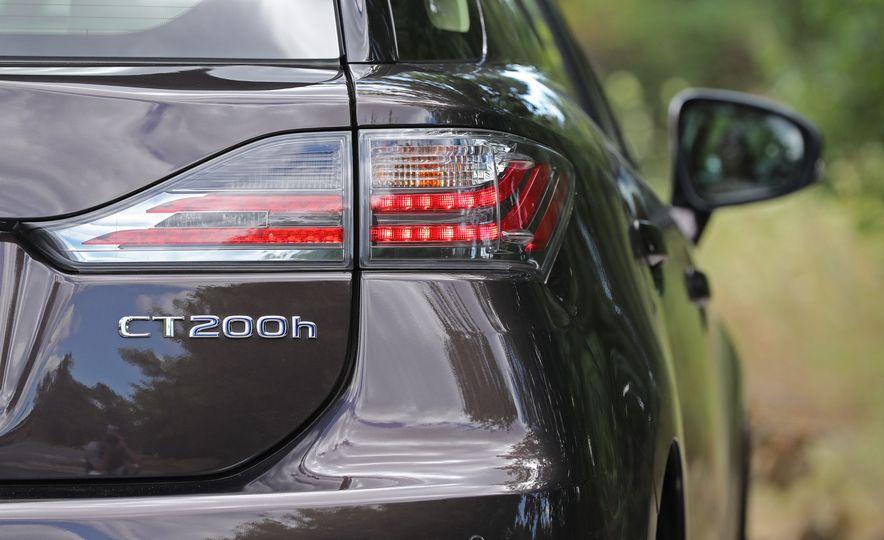 2016 Lexus CT200h - Slide 17