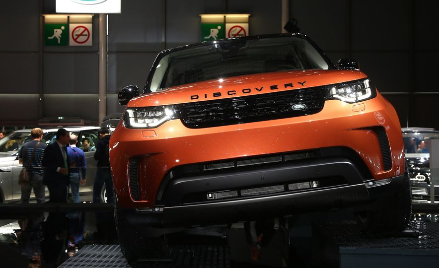 2017 Land Rover Discovery - Slide 2