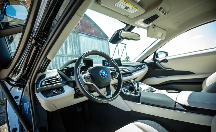 2016 BMW i8 - Slide 32