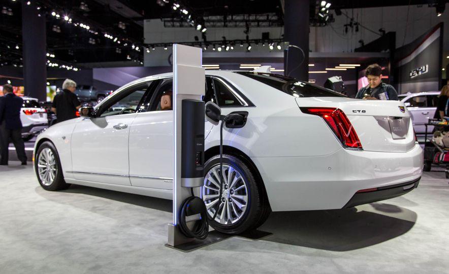 2017 Cadillac CT6 plug-in hybrid - Slide 2