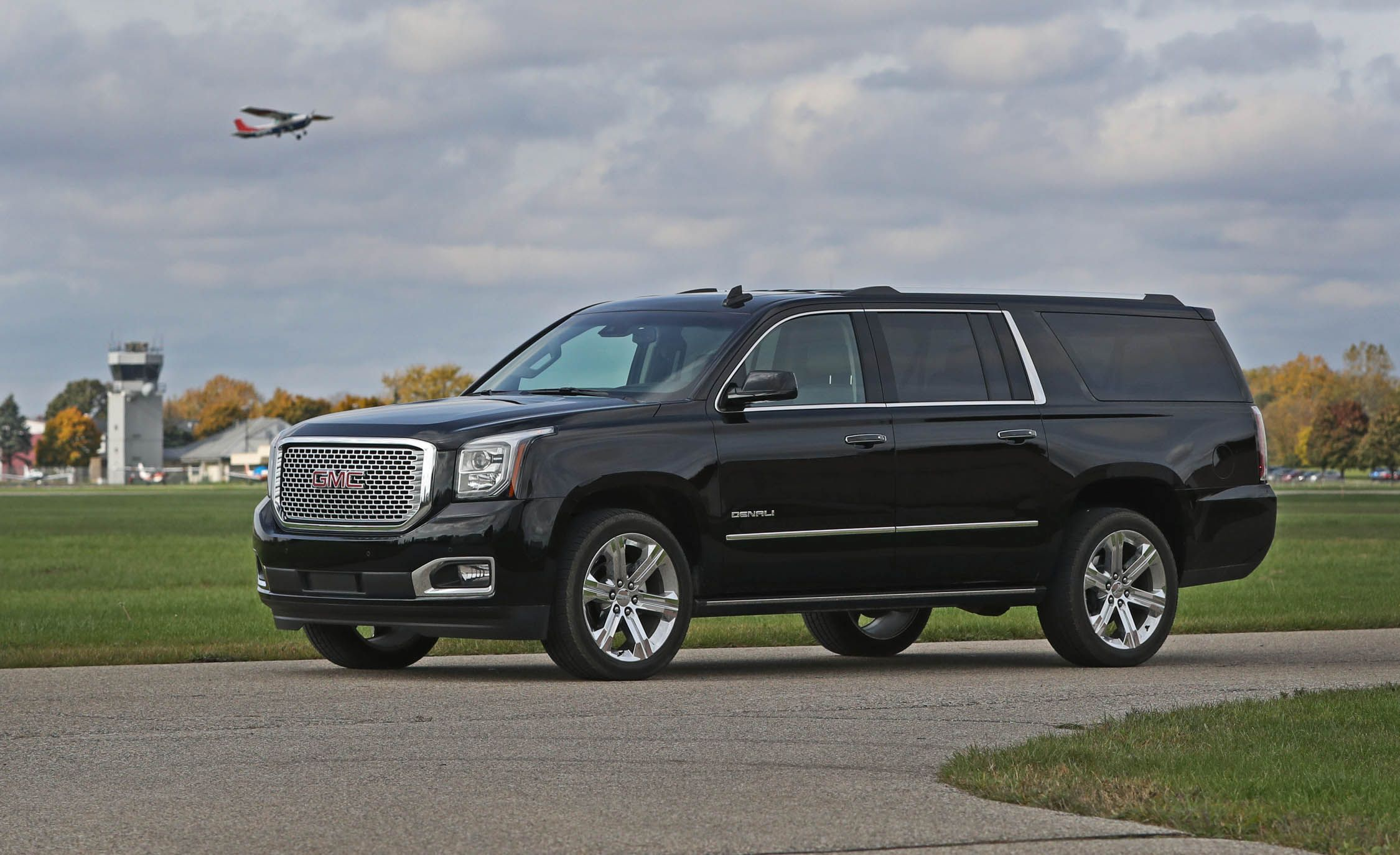 2017 GMC Yukon XL Pictures | Photo Gallery | Car and Driver