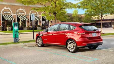 Better Batteries Included 2017 Ford Focus Electric Gets Longer Range And Fast Charging