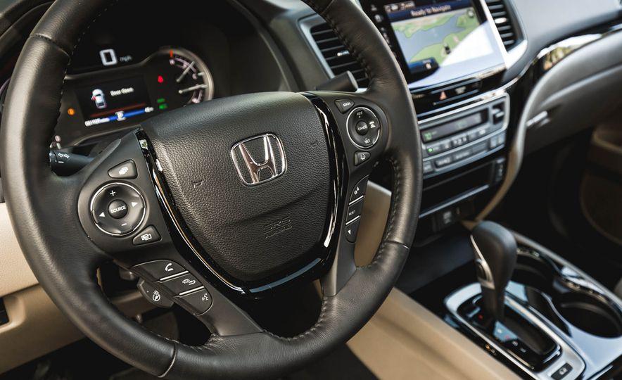 2017 Honda Ridgeline RTL-E AWD - Slide 18