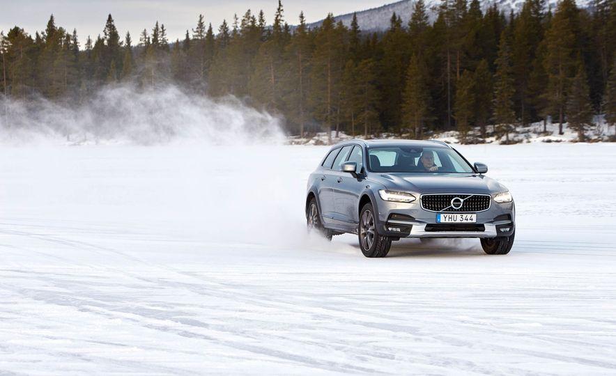 2017 Volvo V90 Cross Country - Slide 8