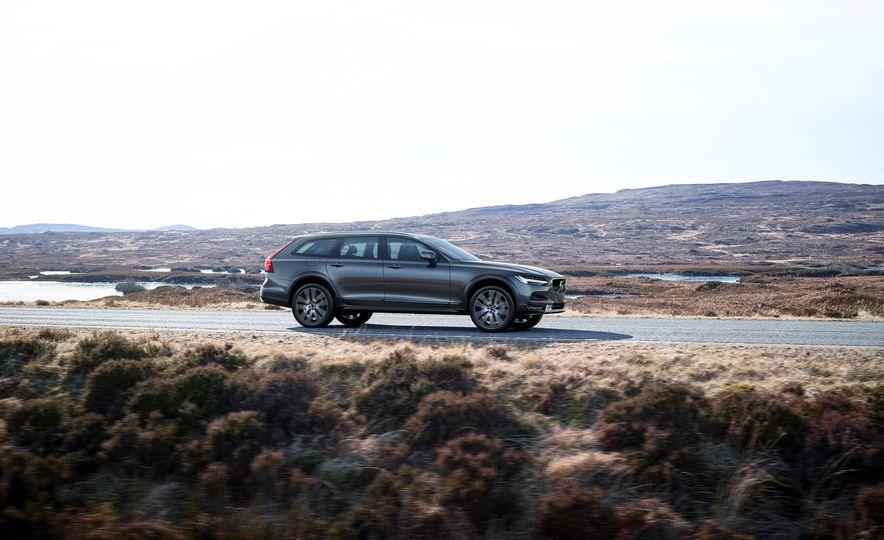 2017 Volvo V90 Cross Country - Slide 24