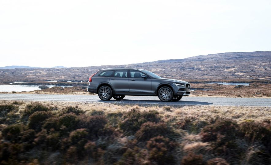 2017 Volvo V90 Cross Country - Slide 25