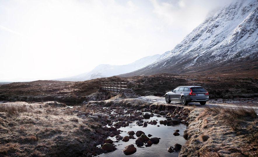 2017 Volvo V90 Cross Country - Slide 33
