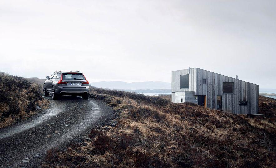 2017 Volvo V90 Cross Country - Slide 34