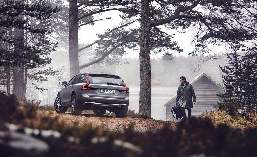 2017 Volvo V90 Cross Country - Slide 35