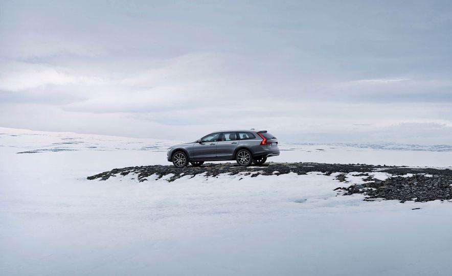2017 Volvo V90 Cross Country - Slide 37