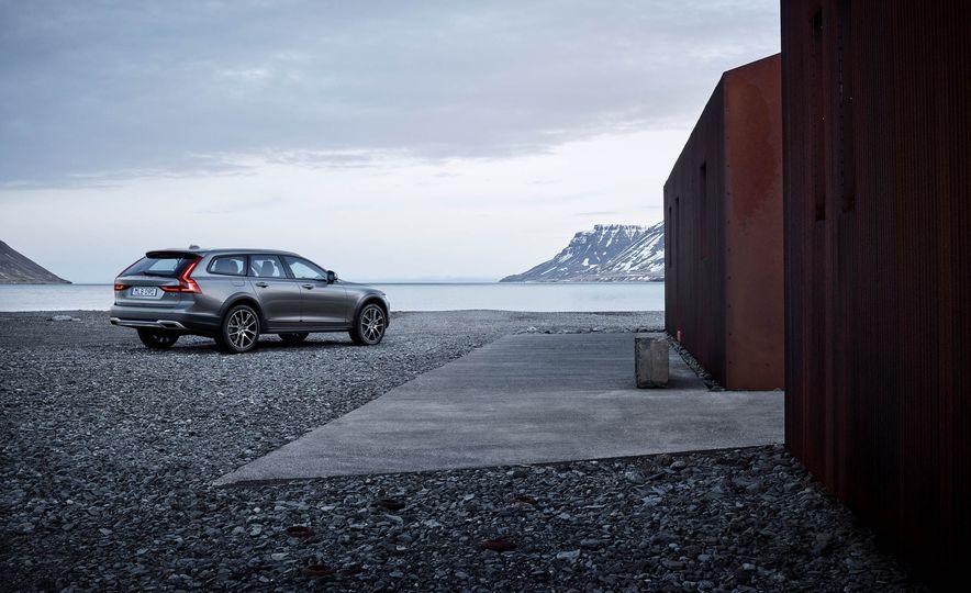 2017 Volvo V90 Cross Country - Slide 38