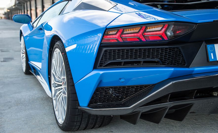 2017 Lamborghini Aventador S - Slide 32