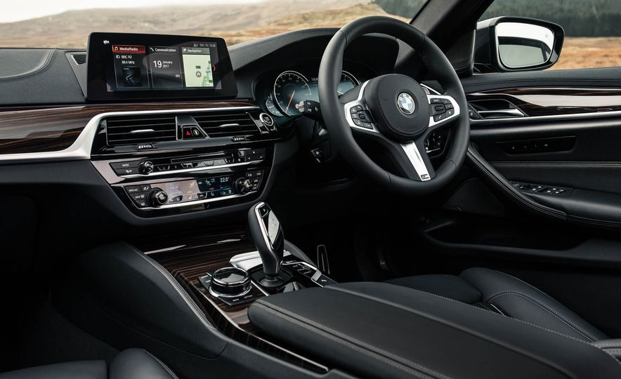 2017 BMW 530d xDrive M-Sport sedan (Euro-spec) - Slide 25