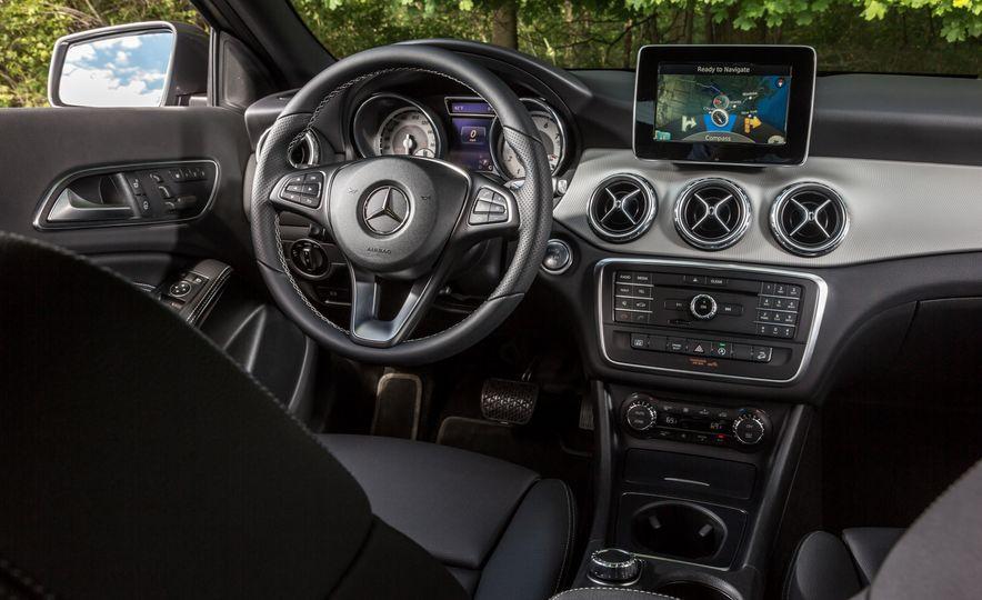 2016 Mercedes-Benz GLA250 4MATIC - Slide 33