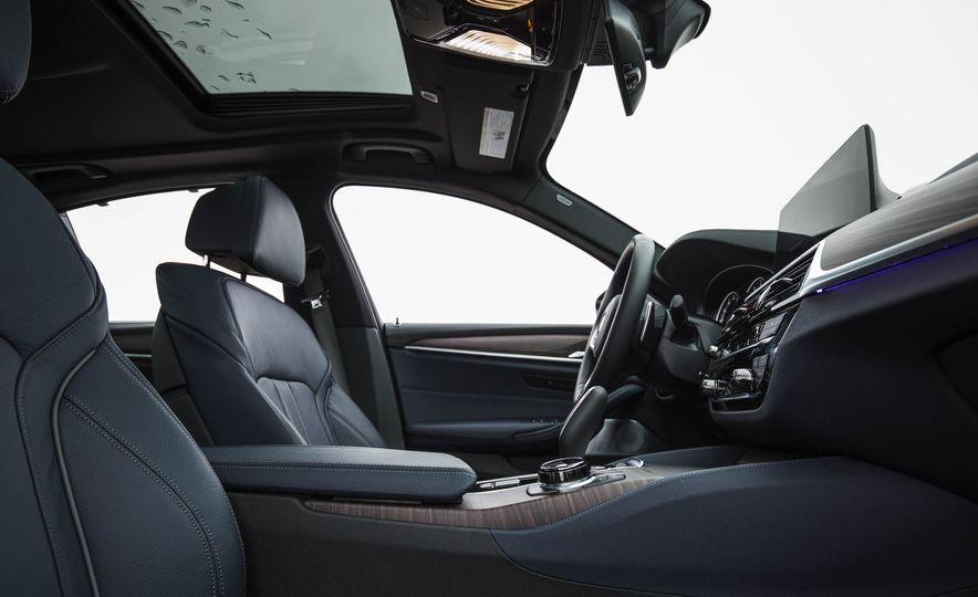 2017 BMW 540i xDrive - Slide 32