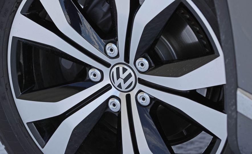 2017 Volkswagen Touareg - Slide 34