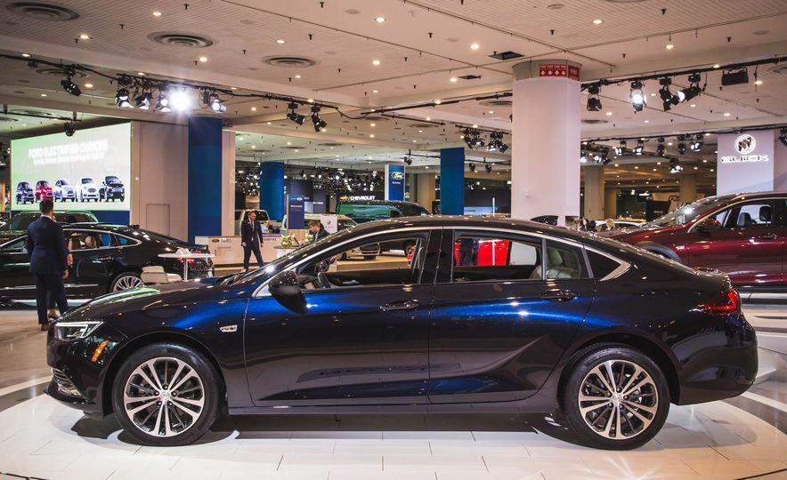 2018 Buick Regal Sportback - Slide 2