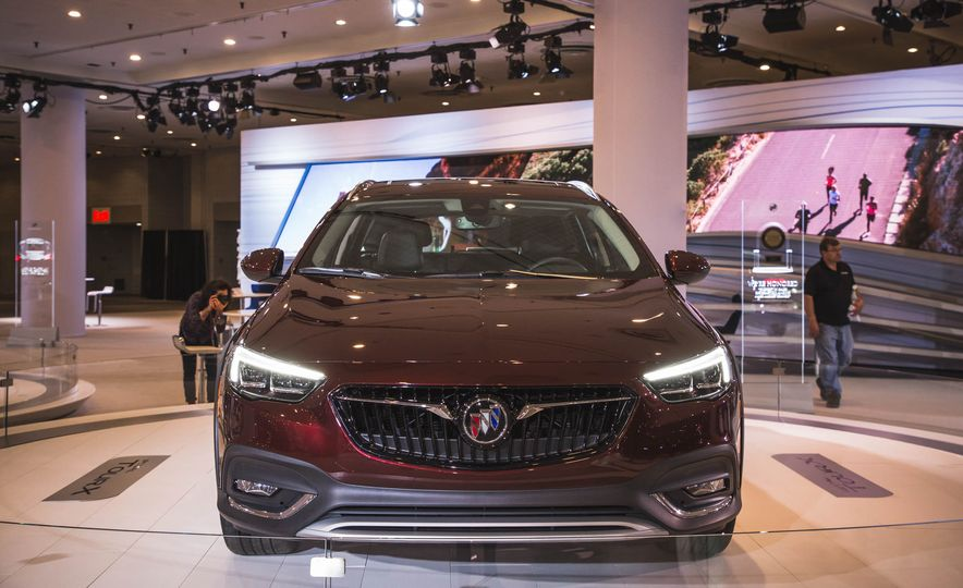 2018 Buick Regal TourX - Slide 1