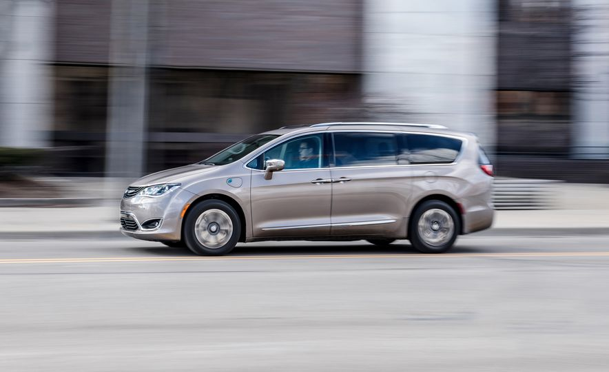 2017 Chrysler Pacifica hybrid - Slide 1