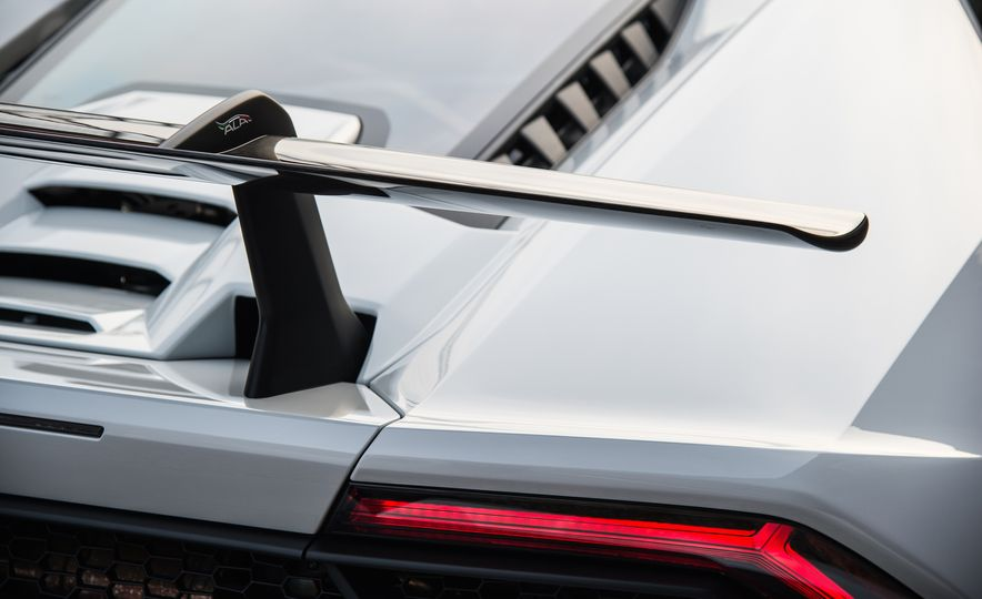Go With the Flow: How the Lamborghini Huracan Performante Bends Air to Its Will - Slide 7