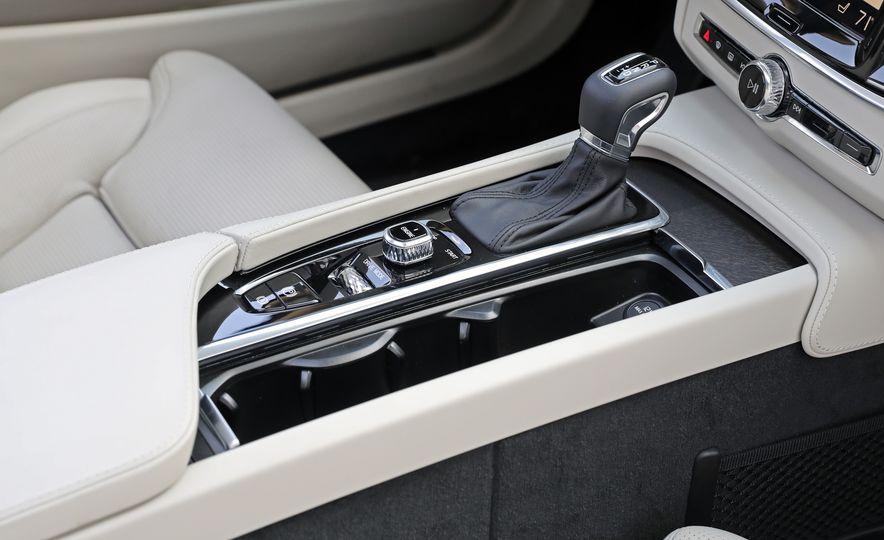 2017 Volvo V90 Cross Country T6 AWD - Slide 40