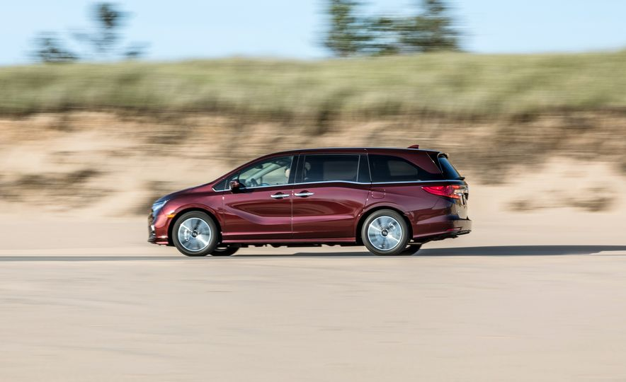 2017 Chrysler Pacifica Limited, 2017 Toyota Sienna Limited Premium, and 2018 Honda Odyssey Elite - Slide 14