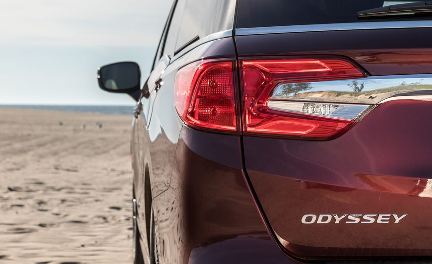 2017 Chrysler Pacifica Limited, 2017 Toyota Sienna Limited Premium, and 2018 Honda Odyssey Elite - Slide 19