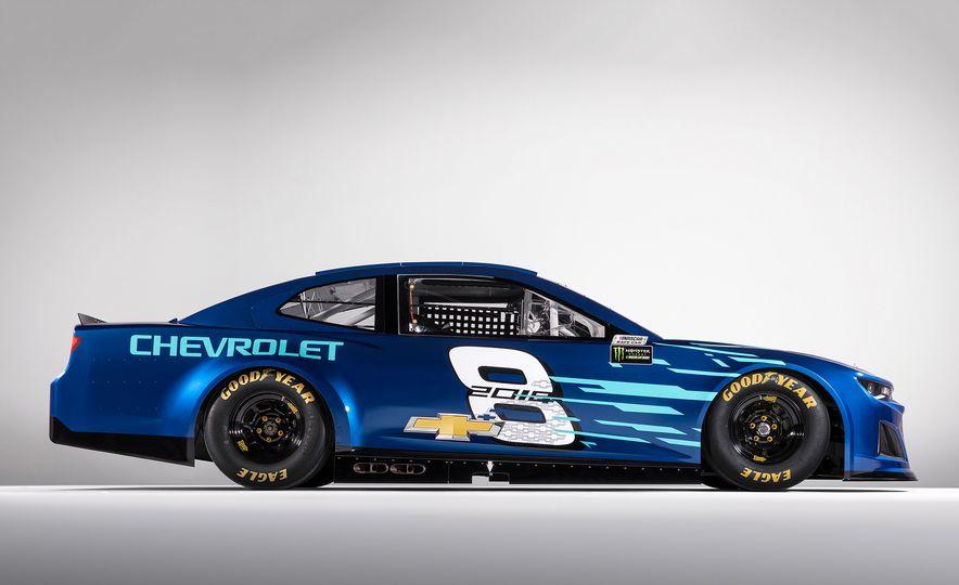 Chevrolet Camaro ZL1 race car and 2018 Chevrolet Camaro ZL1 - Slide 5