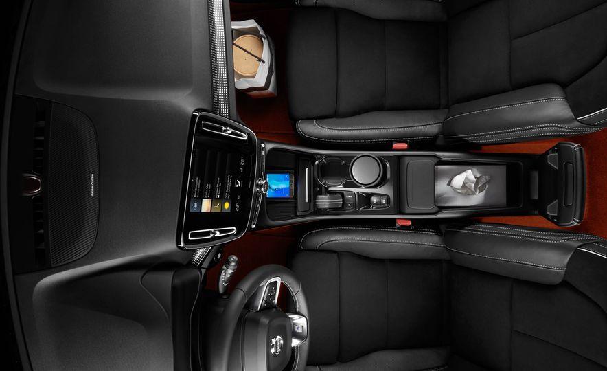 2019 Volvo XC40 - Slide 42