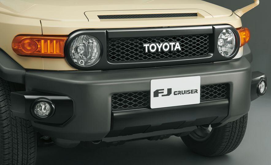 Toyota FJ Cruiser (JDM spec) - Slide 3