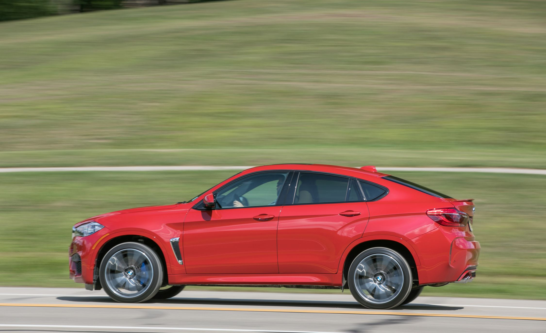 Bmw X6 M Reviews Bmw X6 M Price Photos And Specs Car And Driver