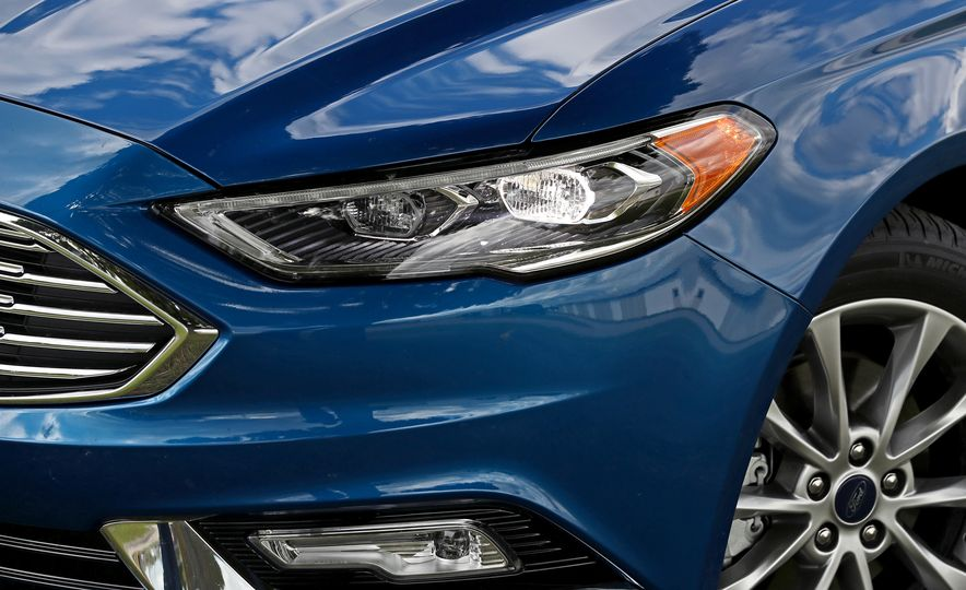 2017 Ford Fusion Hybrid - Slide 16