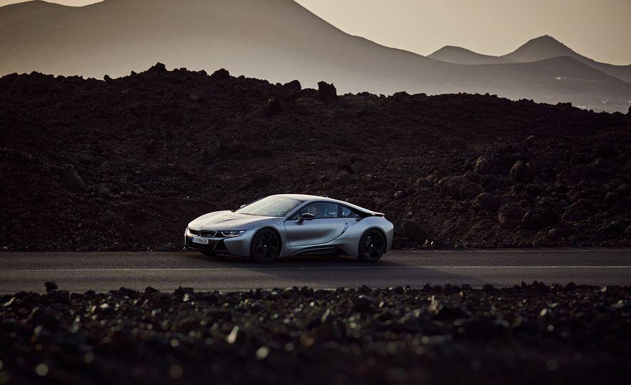 2019 BMW i8 coupe and 2019 BMW i8 roadster - Slide 30