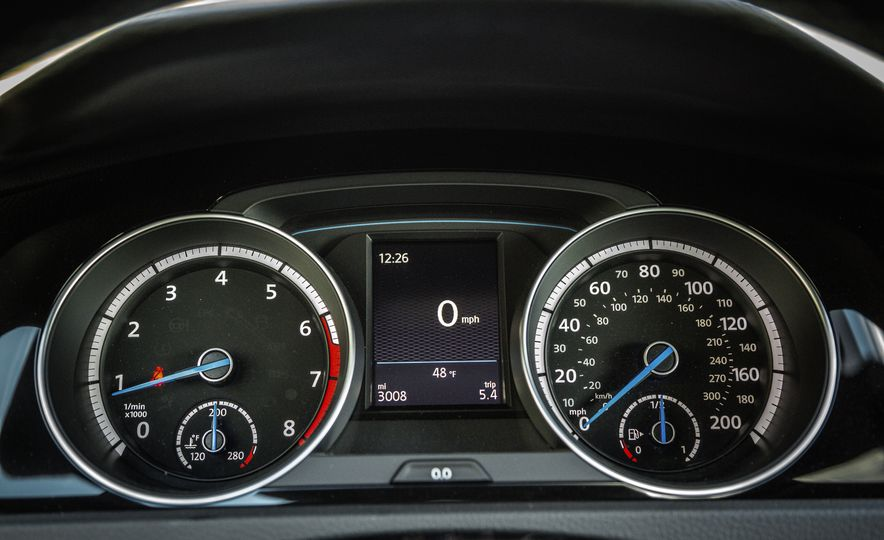 2017 Volkswagen Golf R - Slide 32