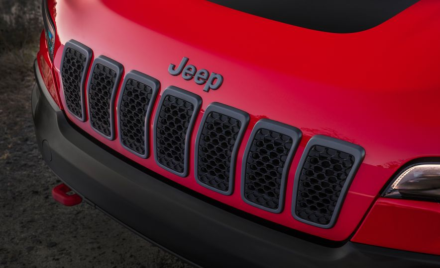2019 Jeep Cherokee Trailhawk and Jeep Cherokee Limited - Slide 33