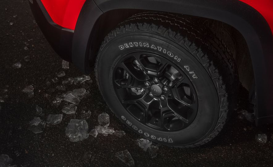 2019 Jeep Cherokee Trailhawk and Jeep Cherokee Limited - Slide 35