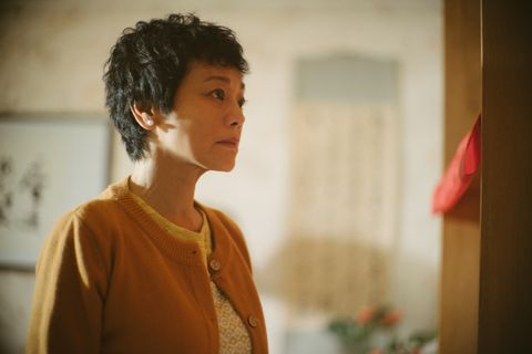 Hair, Hairstyle, Shoulder, Human, Room, Photography, Adaptation, Black hair, Neck, Portrait,