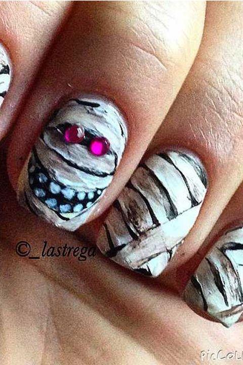 Finger, Skin, Organ, Tooth, Nail, Nail polish, Close-up, Nail care, Flesh, Body jewelry,