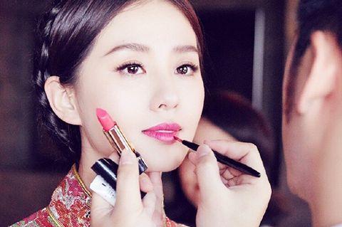 Finger, Lip, Cheek, Skin, Eyebrow, Eyelash, Nail, Jaw, Beauty, Organ,